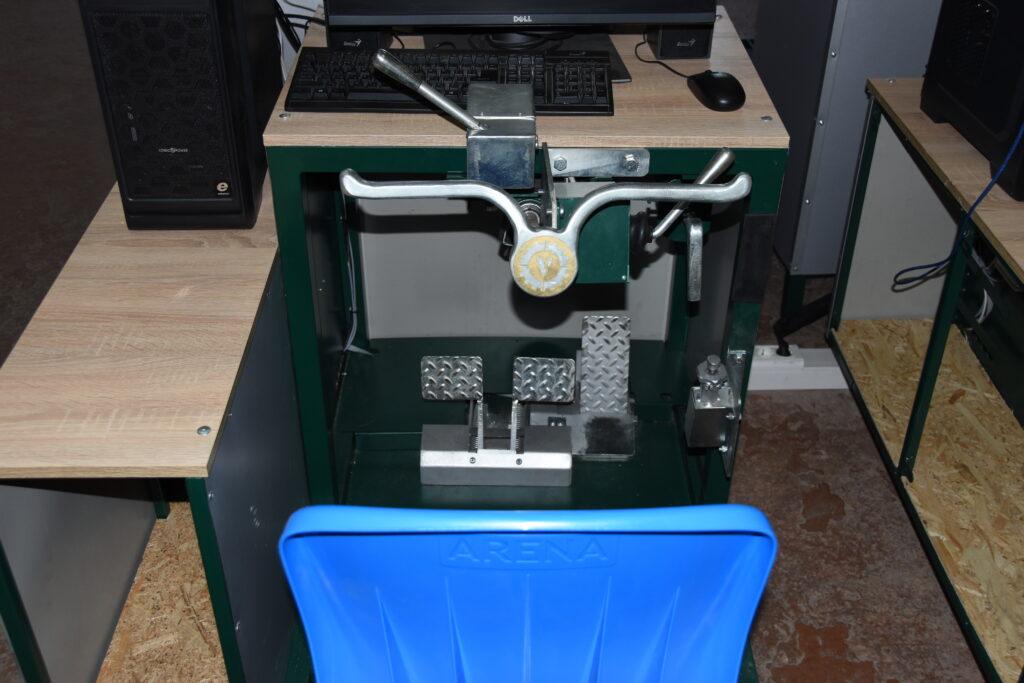 Компьютерно — механический макет органов управления механика водителя БМП-2